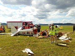 Letecký den ve Strunkovicích nad Blanicí ukončil pád historického letadla.
