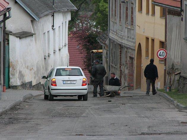 Silničáři v regionu začali s opravami silnic.