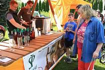 Letos poprvé si veřejnost mohla vybírat z regionálních produktů při farmářských trzích v Chlumanech. A účast zájemců o vše od sazenic po sýry či pivo byla obrovská.