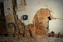 Při opravách na zámku musí jeho vedení řešit také nešťastné zásahy z minulosti.
