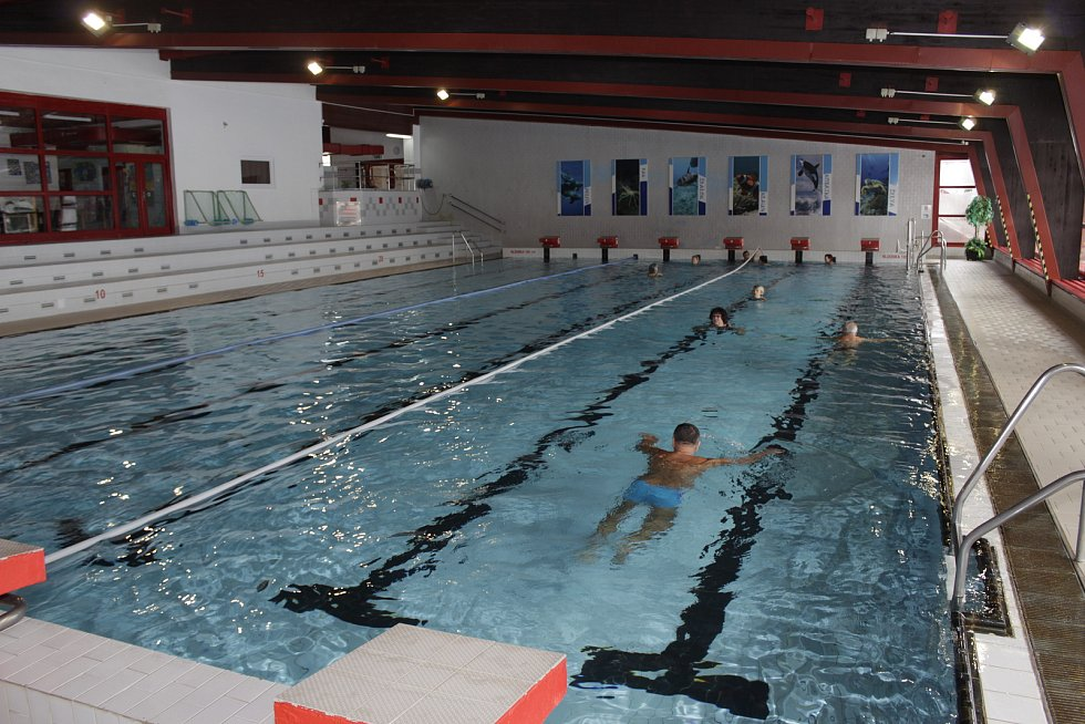 Sto a více let muselo být dvojicím, které v pátek 23. února plavaly v prachatickém bazénu.