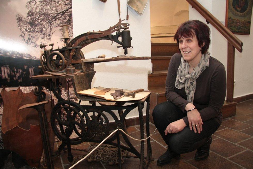Jedním z přírůstků do sbírek Prachatického muzea je téměř kompletní ševcovská dílna z Nové Houžné, kterou představila kurátorka výstavy Příběhy sbírkových předmětů Věra Toncarová.
