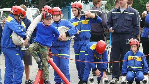 Družstva dobrovolných hasičů Prachaticka bojovala o pořadí v letošním ročníku Prachatické hasičské ligy. V bývalých kasárnách se k požárnímu útoku postavili nejprve mladí hasiči, kteří si v zápalu se zkušenějšími kolegy a kolegyněmi rozhodně nezadají.