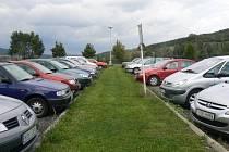 Netoličtí si chtějí nechat zpracovat nové řešení dopravní situace ve městě. Řidiči jen stěží hledají místo, kde zaparkovat. Ilustrační foto.