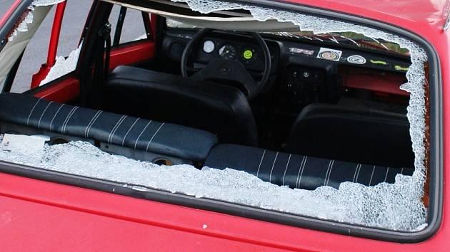 Osobní automobil Škoda 120 skončil při kolizi v silničním vodoteči. Ilustrační foto.