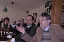 KONFRONTACE. Poněkud rozdílné názory na stavbu lanovky mají senátor Tomáš Jirsa (vpravo) a ředitel Správy Národního parku Šumava František Krejčí (uprostřed).