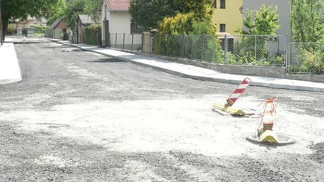 Asi sto metrů dlouhá komunikace z Hracholusk směrem na Vrbici bude opravena, pokud dostane obec peníze. Ilustrační foto.