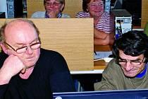 NOVÉ ZKUŠENOSTI. Čtyřicet zájemců se pustilo do učení, rozumí si nyní s počítačem.