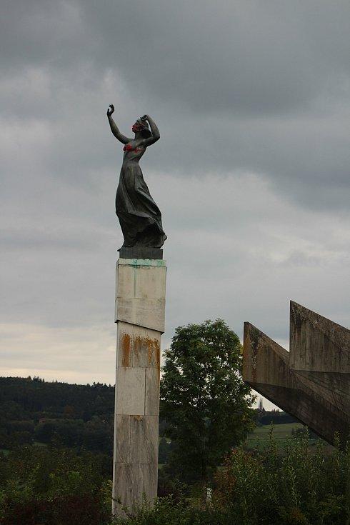 """Socha přezdívaná """"Stopařka"""" na křižovatce u Vitějovic dostala v době koronavirové na ústa červenou rouškou. Outfit doplnil neznámý recesista také červenou podprsenkou."""