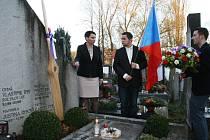 K náhrobku rodiny Rysových se vydali i představitelé města (zleva) starostka Ludmila Pánková, radní David Kudýn a zastupitel Ondřej Babka.