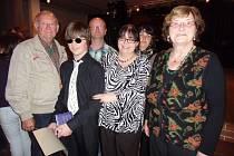 Čtrnáctiletý klavírista Karel Leskovec, který studuje klavír u paní učitelky Tatjany Tláskalové (vpravo) ve Vlachově Březí uspěl  v celostátním kole soutěže. Na snímku z víkendové soutěže je s celou svou rodinou.