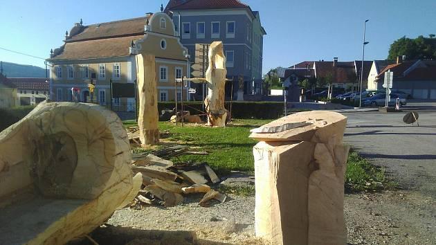 Lavička, zvonička a další výtvory vznikají pod rukama dřevosochařů ve Lhenicích.