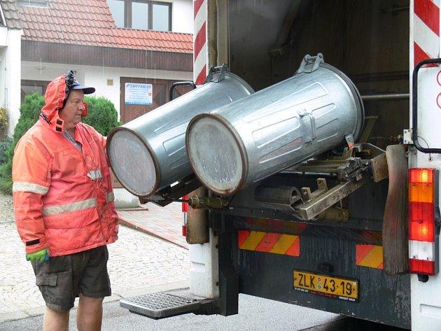 Speciální vozidlo vymývá a hlavně desinfikuje nádoby na odpad v Prachaticích.