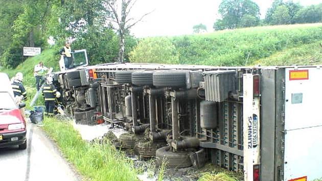 Opilý řidič nezvládl řízení a kamion převrátil.
