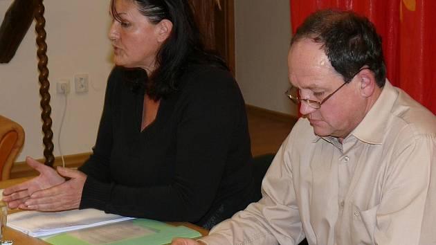 Místostarostka Vlasta Kalinová a starosta Robert Klesner při jednání zastupitelstva města Husinec.