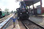 Historický vlak v čele s parní lokomotivou bude opět brázdit šumavské železnice.