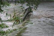 Právě kvůli přelivu vody a následnému zaplavení musela být zcela uzavřena silnice ze Ktiše na Březovík.