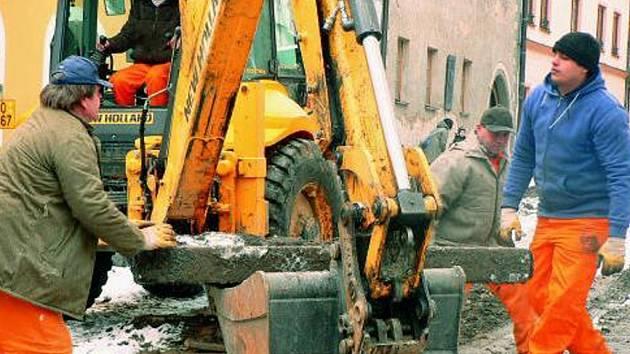 DEMONTÁŽ. Z Husovy ulice v centru Prachatic už mizí povrch.
