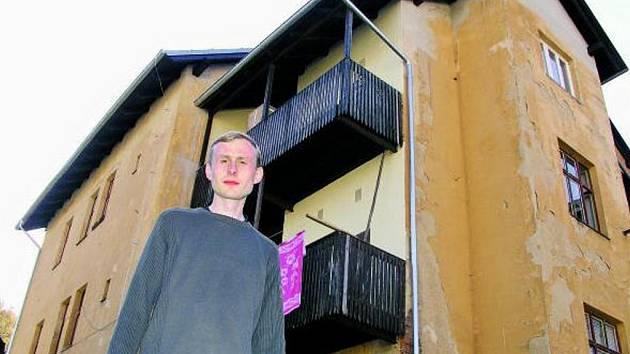 OPRAVENÝ. Vimperská radnice nechala vyhořelý dům opravit, nyní s ním počítá do další vlny privatizace, kterou odstartuje v příštím roce. Na snímku Martin Kalous z vimperské radnice.