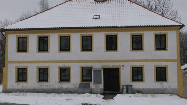 Budova bývalé školy v Chrobolech.