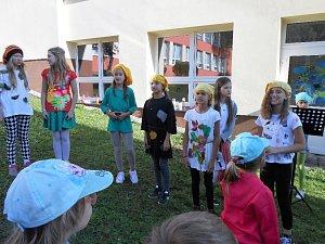 Skřítci ze ZŠ Zlatá stezka přivítali ve škole předškoláky z prachatických mateřinek.