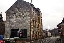 Dva domy v ulici pasovská ve Vimperku, které stojí v těsné blízkosti frekventované silnice I/4 na hraniční přechod ve Strážném chce město Vimperk nechat odstranit. Na objekt ve svém vlastnictví (na snímku vlevo v popředí) už má i demoliční výměr.