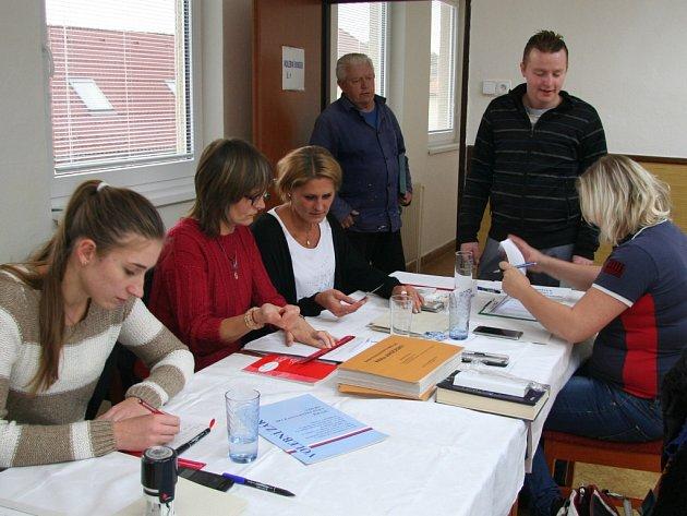 Včistě dámském složení vítá volební komise voliče vHracholuskách.