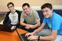 Studenti Kryštof Tesař a František Bican absolvují v příštích dvou letech on-line kurz Microsoftu. Pomocnou ruku jim vždy rád podá jejich učitel informatiky Filip Jelínek (uprostřed). Právě on studenty do projektu přihlásil, což se vyplatilo.