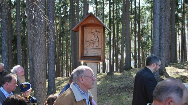 Na Velký Pátek se věřící z Vimperka i okolí sešli k modlitbě Křížové cesty na  Kalvárii.