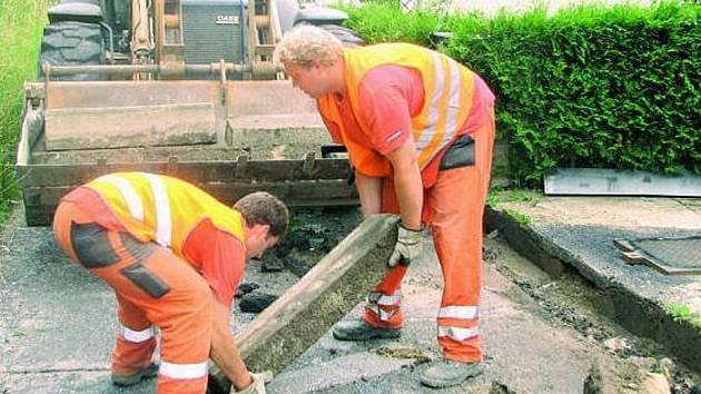 UZAVŘENA. Komunikace v prachatické Jabloňové ulici prochází rekonstrukcí.