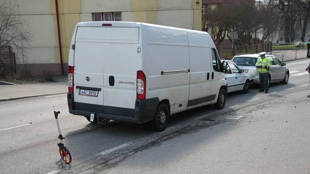 Úterý 29. března: Nehoda tří aut ve Vodňanské ulici v Prachaticích před základní školou.