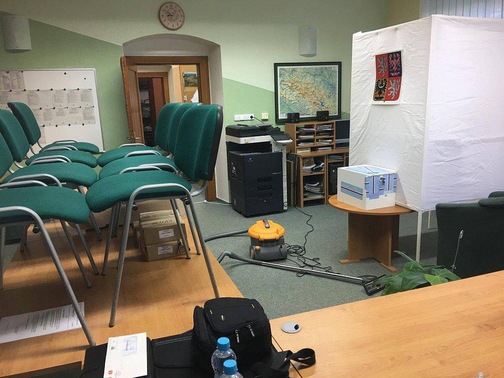 Příprava volební místnosti na první den voleb v obci Kvilda v srdci Šumavy vrcholí.