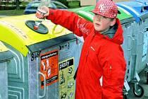 TŘÍDÍ I DĚTI. Jak správně třídit odpad, ví také Jiří Mandák z Prachatic. Děti se velmi často učí třídit odpad už na základních školách, proto to mnohdy umí lépe než dospělí.
