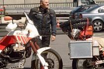 """V SEDLE. Na motorce vyrazil Marek """"Mařena"""" Klásek loni v  létě přes Turecko až do Indie. O své expedici bude dnes večer vyprávět v Nahořanech."""