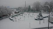 Ráno se i obyvatelé domů u Parku mládí v Prachaticích probudili do hlubokých Vánoc.