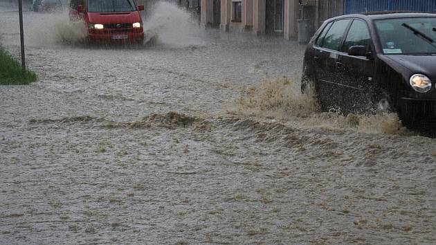Některá auta měla vodu po nárazník