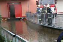 V Pennymarketu bylo vody tolik, že jí museli odčerpat hasiči.