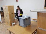 Volební místnost Dvory. Po půl hodině dovolilo již 10%. Ze 72 voličů 7.