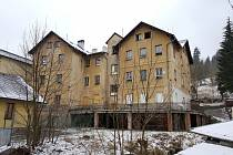 Pasovská čp. 150. V domě se nachází 12 prázdných bytových jednotek, rozhodnutím města byty nejsou nabízeny k obsazení nájemníky.