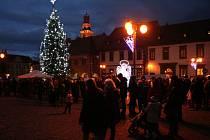 Je tu adventní čas. Stromy na náměstích už čekají jen na rozsvícení.