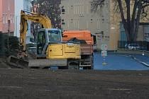 Nové povrchy v ulici U Stadionu jsou prý již dostatečně vyzrálé na to, aby vydržely nápor vozidel, která tudy projedou po objížďce při uzavírce krumlovské ulice.
