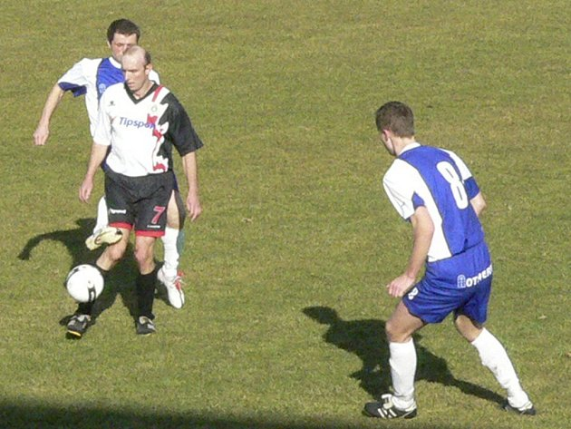 Netoličtí fotbalisté (v modrém) získali další tři důležité body.