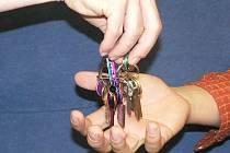 Zloděj z domu odcizil 900 Euro a osmnáct tisíc korun. Ilustrační foto.