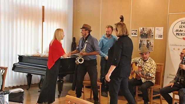 Senioři si poslechli francouzské muzikanty.