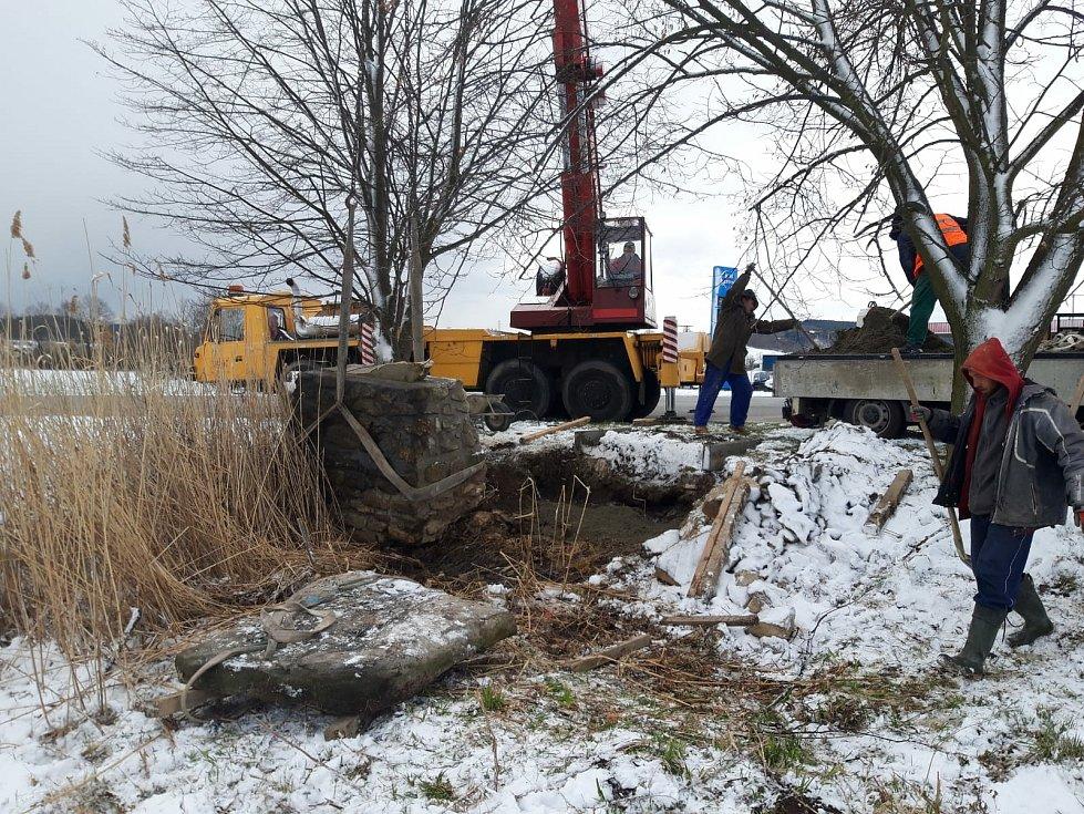 S vrácením opraveného pomníku Stopařky na původní místo musel kameníkům pomoc jeřáb.