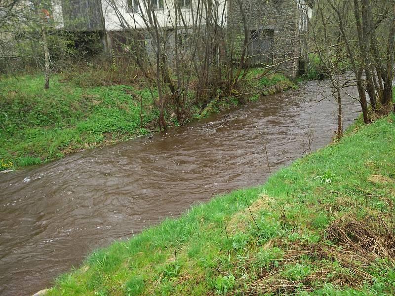 Vydatné deště zvedají hladinu řeky Blanice u Blanického mlýna.