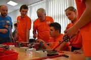Vítězný tým při sestavování modelu z polytechnické stavebnice.