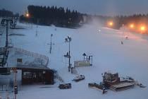 Na Zadově jede zasněžovací systém na plné obrátky, aby o víkendu už mohli lyžaři zahájit letošní sezonu.