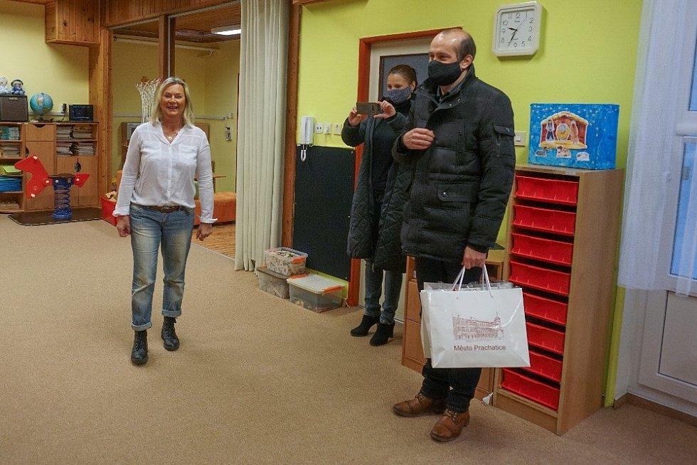 Na návštěvu za dětmi přišel starosta Prachatic Martin Malý s Vladimírou Blažíčkovou