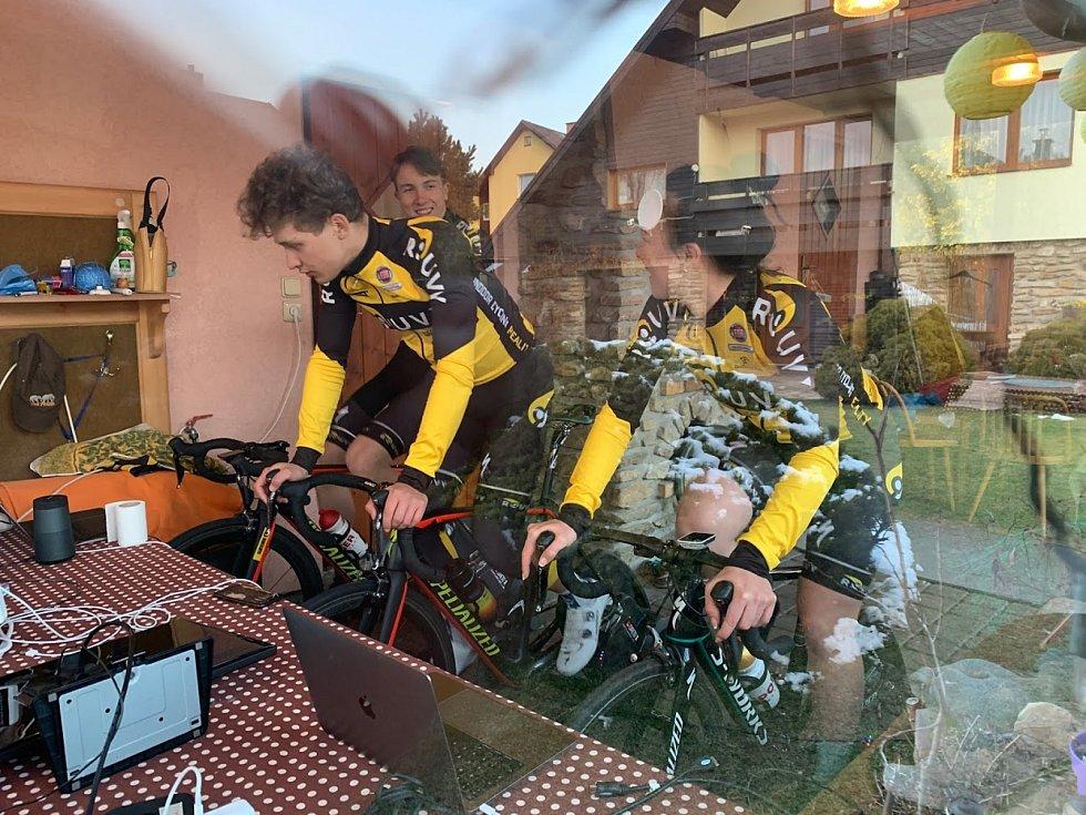 Virtuální závod si užívají i mladí závodníci z ROUVY.